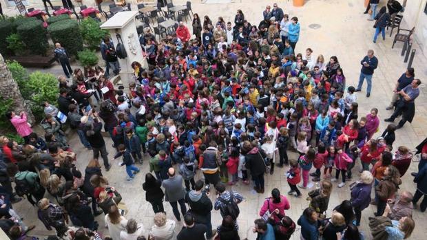 Alumnos de un centro escolar alicantino durante una actividad pública