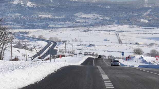 Paisajes nevados este lunes en el entorno de la AP-6