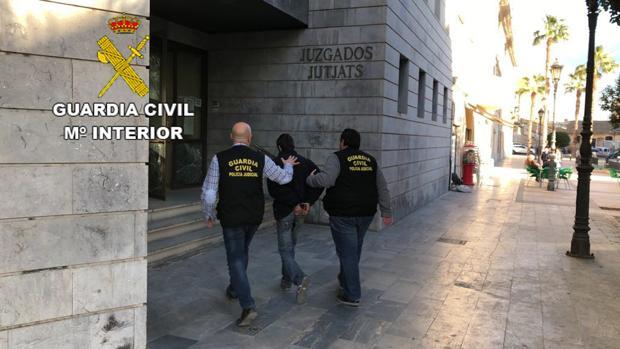 Imagen del detenido a su llegada a los juzgados