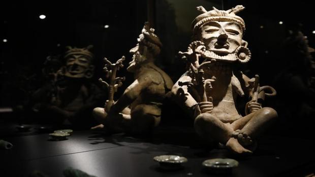Piezas en exposición en la muestra sobre la cultura maya en el Marq