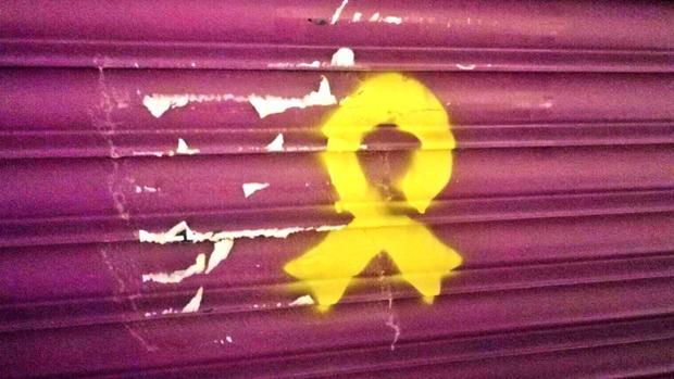 Independentistas han pintado un lazo amarillo en la tienda de la madre de Rivera