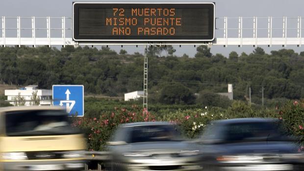 Imagen de archivo de un panel informativo de tráfico tomada en la A-7