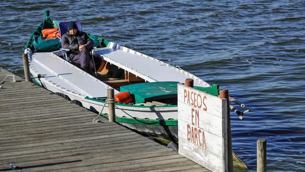Imagen de una de las embarcaciones que realiza el paseo en barca por la Albufera