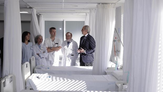 El consejero de Sanidad, Enrique Ruiz, con los responsables médicos de La Paz en la nueva sala de Urgencias