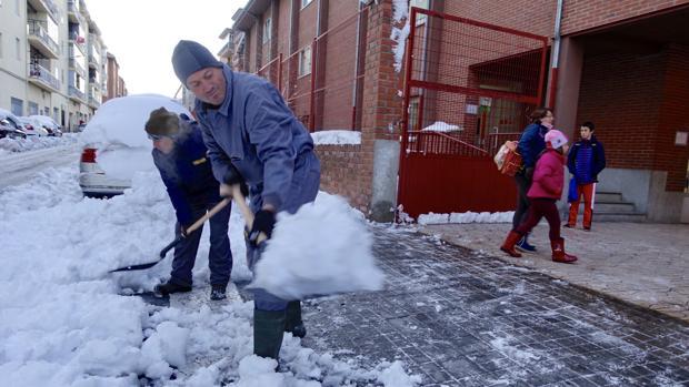 Retiran nieve a las puertas de un colegio en Ávila