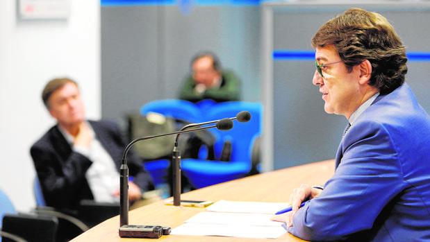 El presidente del PP de Castilla y León, observado por Francisco Vázquez, , durante la rueda de prensa