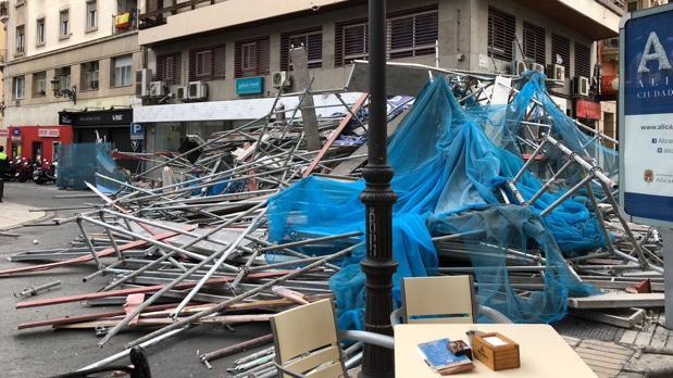 El andamio desplomado ocupando toda la calle