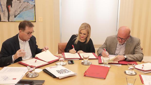 Jaime Cedrún (CC.OO.-Madrid), izq., Cristina Cifuentes, y Luis Miguel López Reíllo (UGT-Madrid)