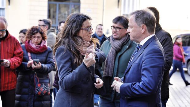 El delegado del Gobierno en la Comunidad Valenciana, Juan Carlos Moragues, junto a Mónica Oltra, este martes