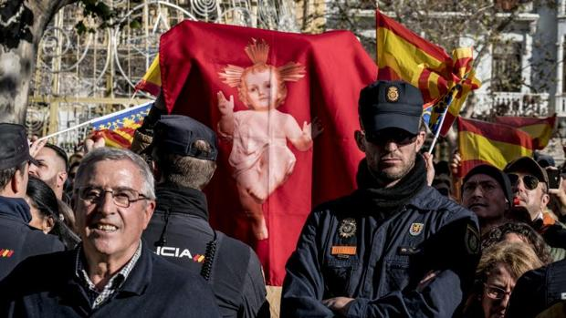 Cordón policial entre los ultras que pretendían boicotear la cabalgata y el resto del público