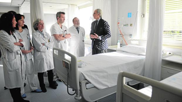El consejero de Sanidad, Enrique Ruiz Escudero, junto a los responsables sanitarios del hospital La Paz, durante su visita a la nueva sala de atención de Urgencias