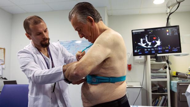 El doctor Jorge Pagola coloca el chaleco holter a un paciente