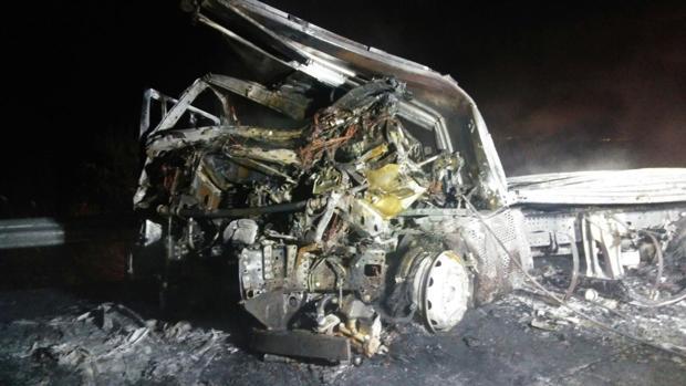 Estado al que quedó reducida la cabina de uno de los camiones que se incendió tras la colisión