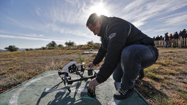 Uno de los unos de los instructores en la escuela de formación de pilotos profesionales de drones de Cheste