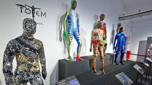 La exposición reúne algunas de las icónicas piezas de vestuario de la compañía