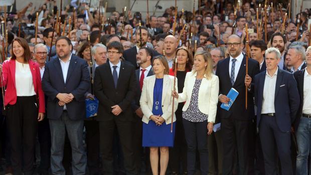 Lloveras, junto a Forcadell y Puigdemont en un acto en la plaza Sant Jaume
