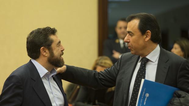 Fernando Martínez-Maillo junto a Miguel gutiérrez en la comisión de evaluación del modelo autonómico