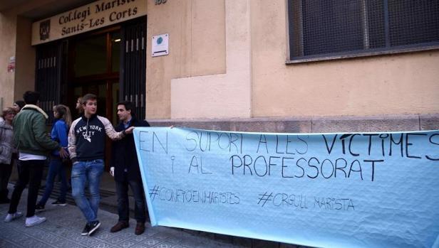 Protestas frente al colegio Maristes Sants-Les Corts tras las denuncias de abusos sexuales