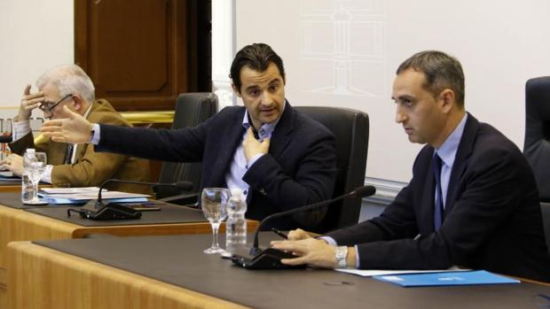 El presidente de la Diputación, César Sánchez, junto a los vicepresidentes Eduardo Dolón y César Augusto Asencio, en el Pleno