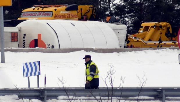 Camión de gas volcado en la AP-6