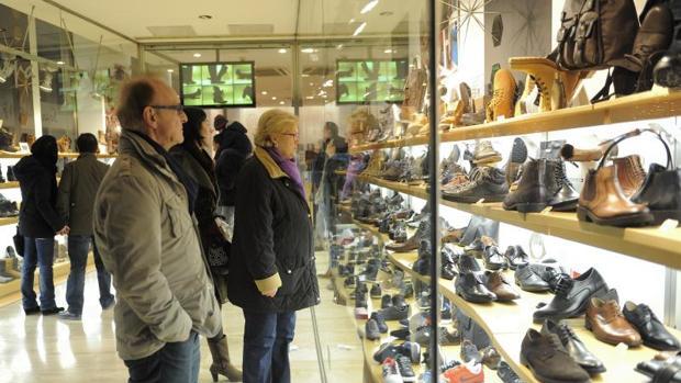 Dos de cada diez hogares gallegos no puede realizar grandes compras de ropa o calzado