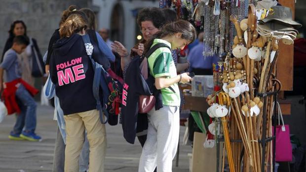 Turistas por el centro de Santiago en una imagen de archivo