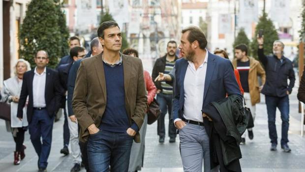 El alcalde de Valladolid, Óscar Puente, junto con el secretario general del PSOE, Pedro Sánchez