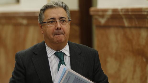 El ministro del Interior, Juan Ignacio Zoido, fotografiado en los pasillos del Congreso