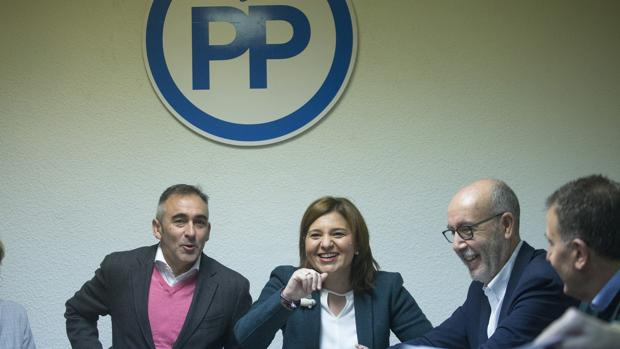 Isabel Bonig, junto al presidente del PP de Castellón Miguel Barrachina durante la reunión del Comité de Dirección de