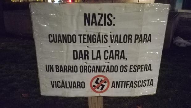 El cartel colocado junto al monolito