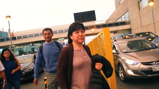 Imagen de la madre de Nathaly Salazar a su llegada al aeroperto de Lima