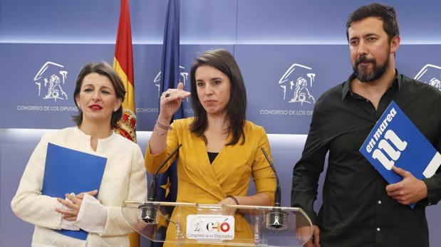 La portavoz de Podemos en el Congreso, Irene Monter, junto a los diputados de En Marea, Yolanda Díaz y Antón Gómez.