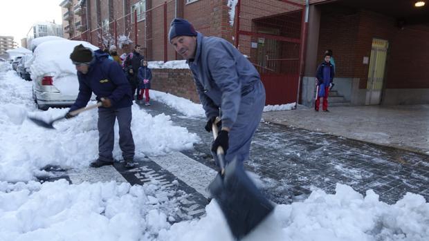 Operarios de Ávila limpiando la entrada de un colegio