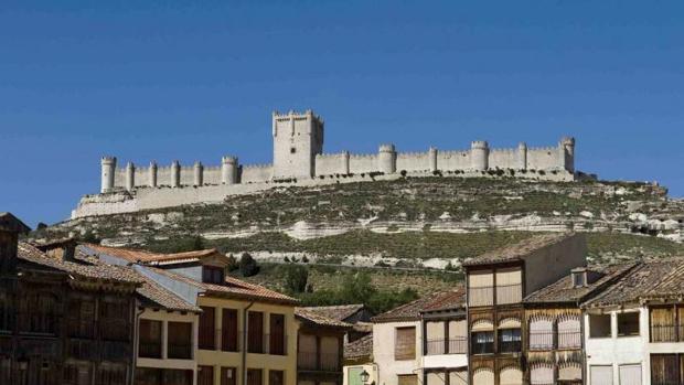 El castillo de Peñafiel (Valladolid), emplazado en plena Ribera de Duero y sede del Museo del Vino