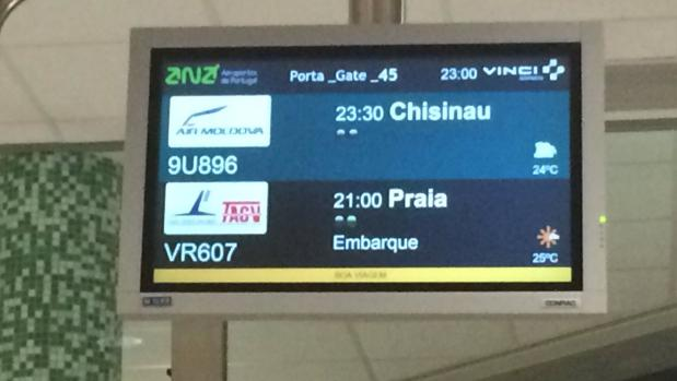 Pantalla de vuelo a Praia desde el aeropuerto de Lisboa