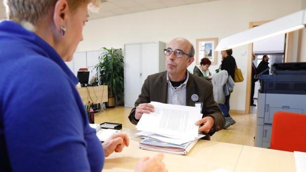El portavoz de la plataforma «Ávila libre de peajes», en el momento de presentar las firmas en las Cortes