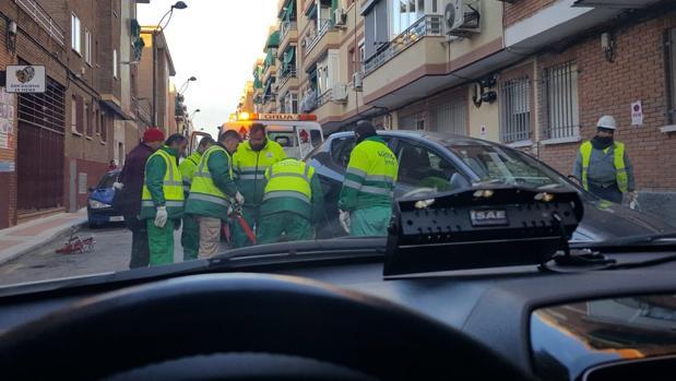 Seis operarios de Lyma retiran un coche con la grúa en Getafe