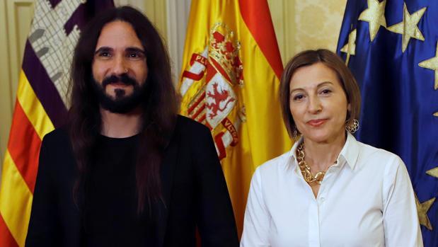 Carme Forcadell, junto al presidente del Parlamento balear, Baltasar Picornell