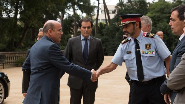 Pérez de los Cobos saluda a Trapero en una reunión preparatoria del dispositivo del 1-O