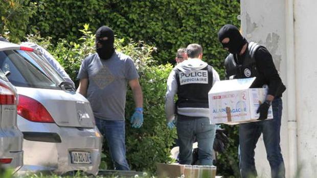 La Policía confisca, en una imagen de archivo, las armas del zulo hallado en Carlepont, al noreste de París