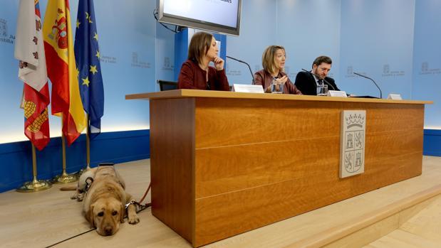 Arancha Casado, Alicia García y Francisco Sardón, junto al perro Moris, ayer en Valladolid