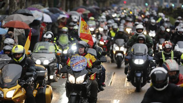 Miles de moteros participan en el desfile de bandreras de la concentración Pingüinos en Valladolid