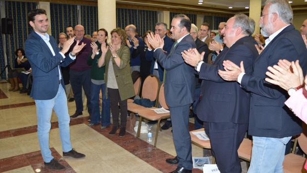 Santiago Serrano, a la izquierda, procalamado nuevo presidente del PP de Talavera