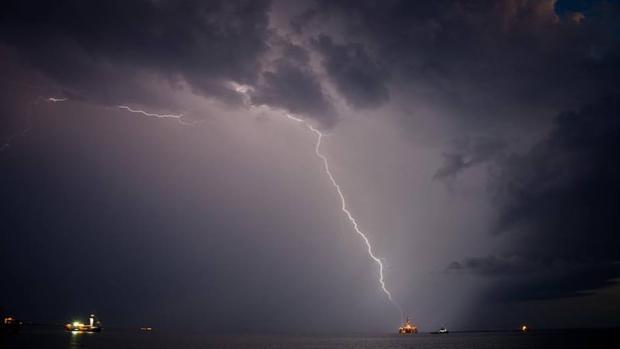 Un rayo sobre una torre petrolífera de Stena en diciembre de 2017