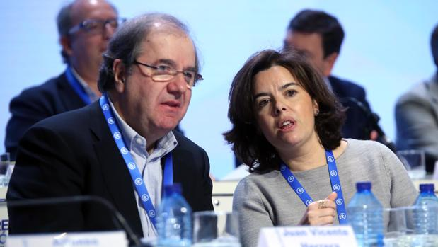 Soraya Saenz de Santamaría conversa con Juan Vicente Herrera durante el pasado Congreso Regional del PP de Castilla y León