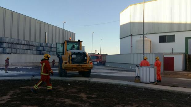 Los Bomberos, en los trabajos de neutralización de la fuga de ácido nítrico en Silla