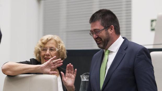 La alcaldesa, Manuela Carmena, y el ex delegado de Economía y Hacienda, Carlos Sánchez Mato, en un Pleno