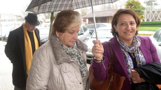 Carmen Avendaño, esta mañana, llegando a los juzgados de Vilagarcía