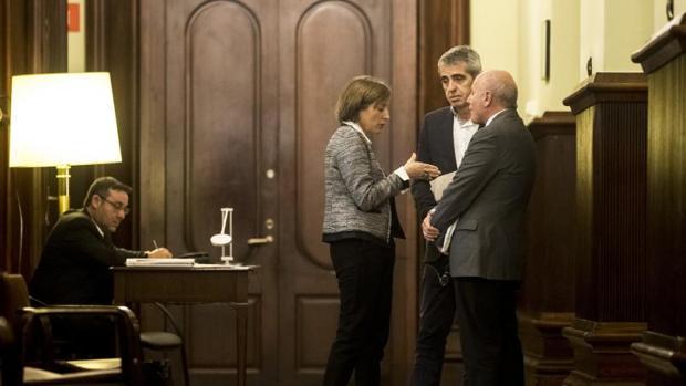 Forcadell (i), el secretario general del Parlamento Xavier Muro (d), y el letrado mayor, Antoni Bayona (c), en marzo