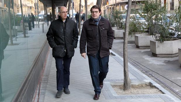 Alfonso Fernández Mañueco, junto al presidente del PP de Salamanca, a su llegada a Génova
